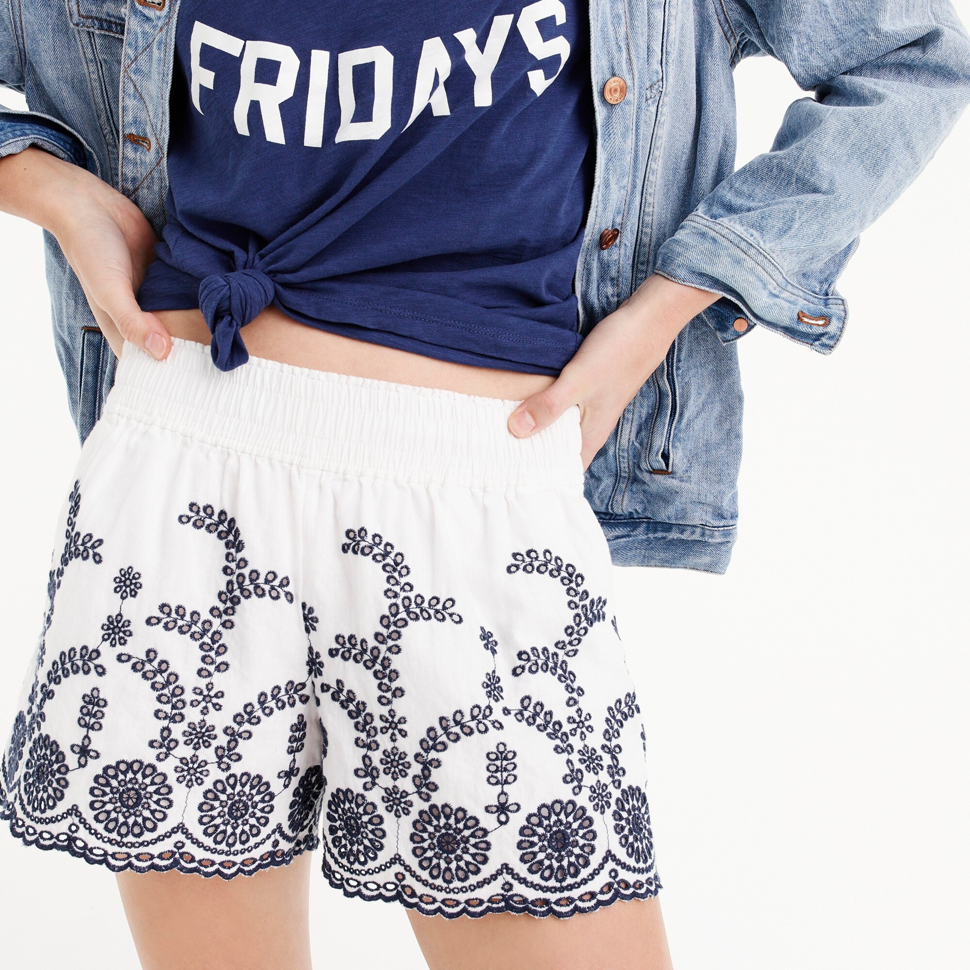 Pull-on short with floral embroidery